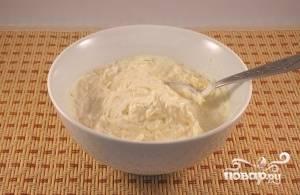 В это время приготовьте соус. Для этого смешайте сметану, муку, и 2/3 сыра, потертого на мелкой терке. Хорошенько перемешайте.