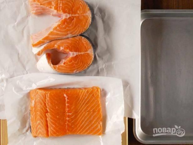 1. Нарежьте лосось на крупные куски.