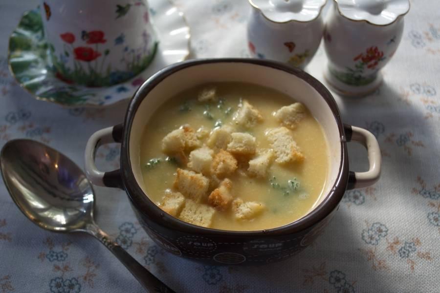 Пока суп настаивается, в духовке подрумяньте нарезанный батон. В каждую мисочку влейте несколько половничков супа. Посыпьте сухариками. Готово!