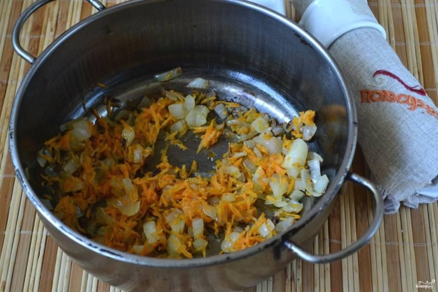Лук мелко порубите, морковь натрите на крупной терке. Выложите овощи в сотейник, обжарьте их в подсолнечном масле.