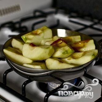 3. Снять с огня, добавить яблоки в один слой, а затем поверх выложить второй слой из оставшихся ломтиков, начиная от центра.