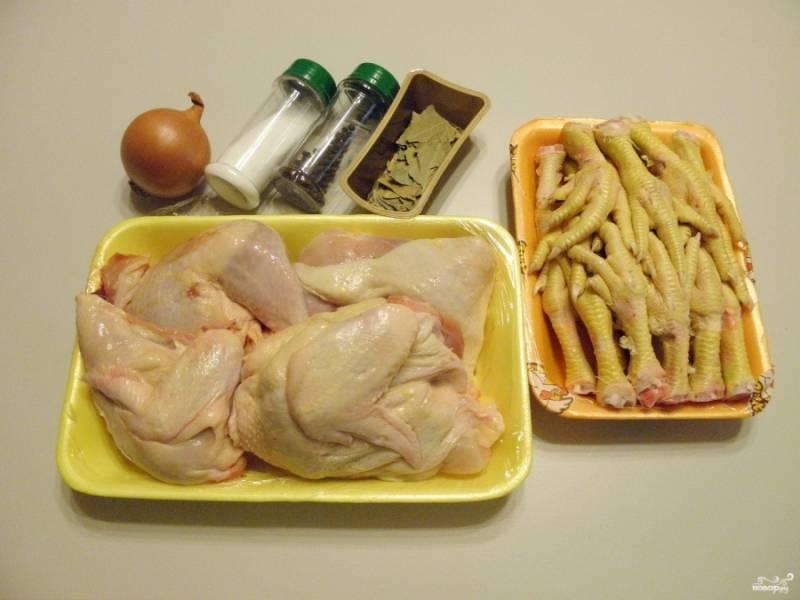 Подготовьте продукты для холодца. Можно взять одну большую курицу или части тушки. Я взяла рубленого цыпленка без спинки, только мясную часть. Лапки нужны для того, чтобы холодец застыл, в них содержится много желирующего вещества.