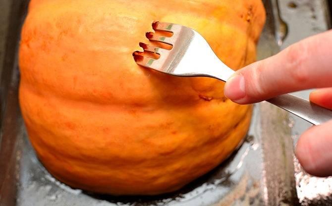 3. Отправьте запекаться тыкву в духовку. Время приготовления зависит от размера и температуры, но в среднем занимает от 40 минут до 1 часа. Готовность легко проверить, сделать проколы вилкой или ножом. Тыква должна быть мягкой и легко протыкаться.