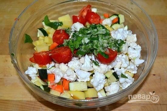 Все овощи нарезаем небольшими кубиками. Цветную капусту разбираем на мелкие соцветия.