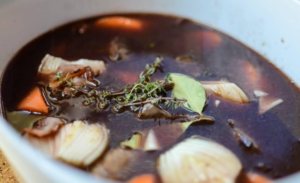 Мясо сложить в казанок, залить вином и добавить все остальные ингредиенты.
