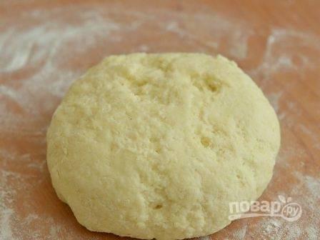 И получаем мягкое тесто, которое слегка липнет к рукам.