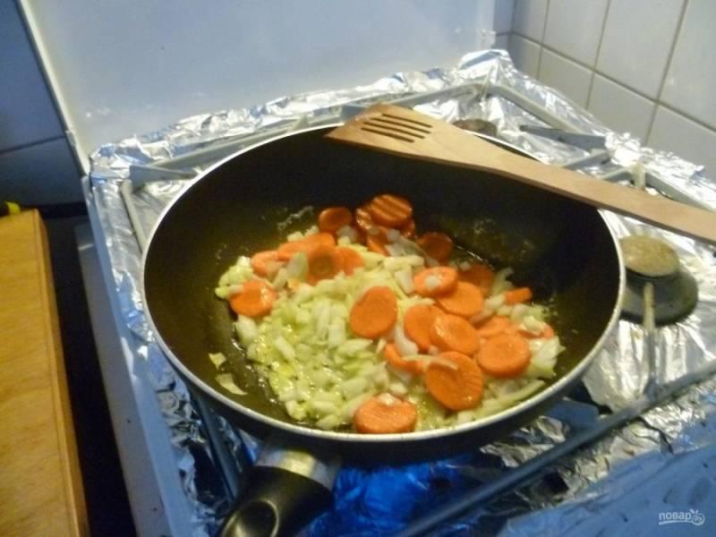 Разогрейте масло на сковороде. Добавьте в него лук, а потом морковь.