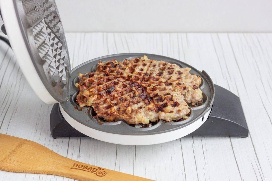 Наша мясная вафля-котлетка готова! Подавайте с гарниром или овощами.
