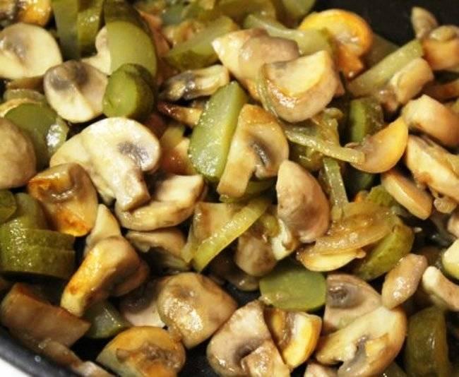 Добавьте порезанные огурцы, специи по вкусу, перемешайте и снимите с огня.