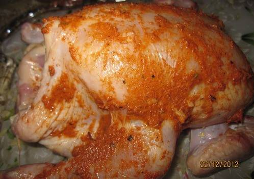 4. Обмазываем соусом курицу со всех сторон, не забывая про внутреннюю часть.