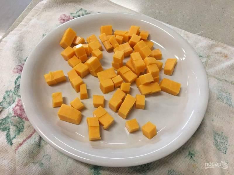 3.Твердый сыр нарезаю таким же кубиком, как и вареную колбасу.