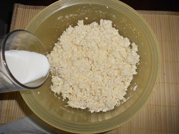 4. Тщательно перемешать и влить небольшое количество молока. Если творог сухой, то может понадобится больше молока, а если масса получается слишком жидкой, то его можно исключить из рецепта.