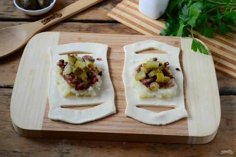 В центр теста положите начинку: сначала картофельное пюре, а затем мясо и огурец.
