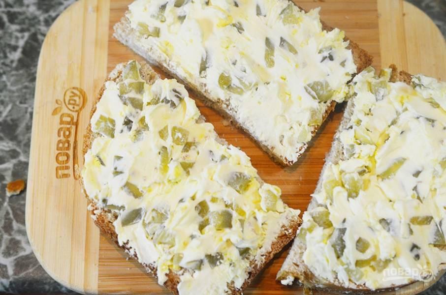 Ломтики хлеба намажьте полученной массой.