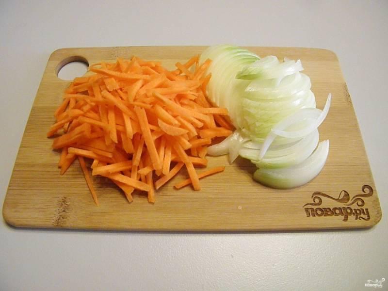 Порежьте не очень крупно лук и морковь.