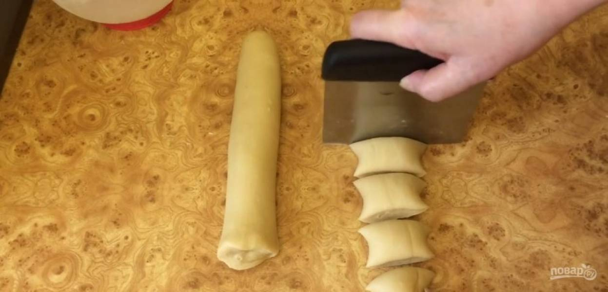 3.  Посолите и добавьте специи. Остудите начинку. Тесто скатайте в жгут длинной 30 см и разделите на 15 частей. Каждую часть скатайте в шарик и накройте пленкой, чтобы тесто не обветривалось.