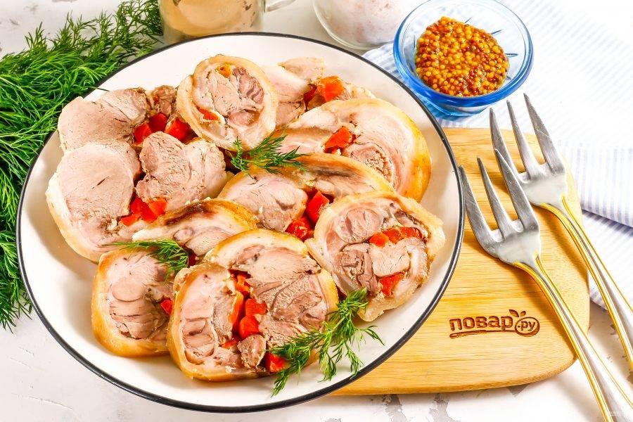 Подайте рулет из свиной рульки к столу охлажденным, украсив его свежей зеленью и не забыв про горчичку!