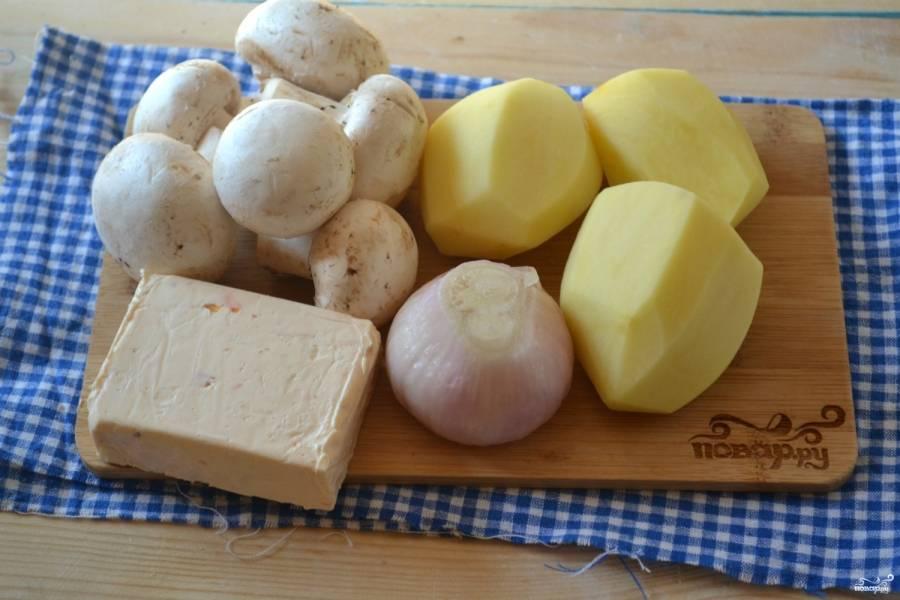 Подготовьте все необходимые ингредиенты. Картофель, грибы и лук очистите. Наберите воду в кастрюльку объемом 2,5 л и поставьте на огонь. Пока мы подготовим все ингредиенты, вода успеет закипеть.