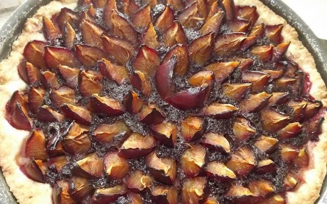 5. Вытаскиваем пирог из духовки и даем ему немного остыть. После этого можно разрезать его и подавать порционно.