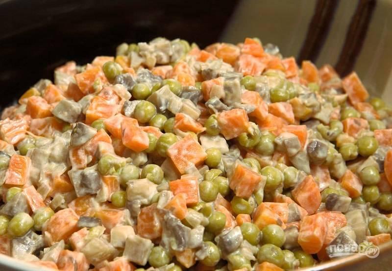 Добавьте в салат горошек и соль, тщательно всё перемешайте. Приятного аппетита!