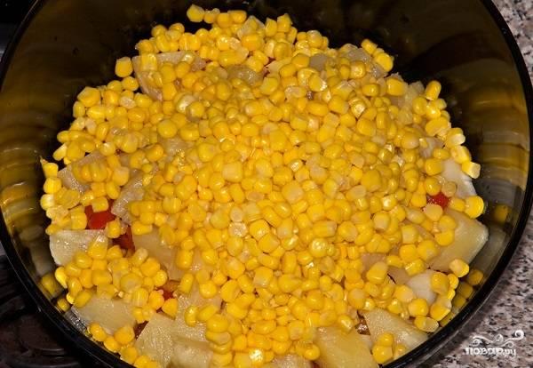 8. В салатник выложите кукурузу.
