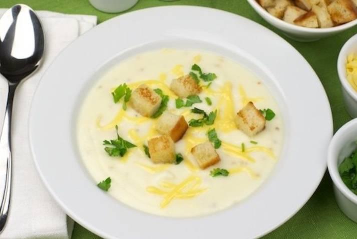 Тщательно все перемешиваем, добавляем соль и перец по вкусу. Прогреваем, но не кипятим суп. Снимаем с плиты, присыпаем тертым сыром и кинзой.