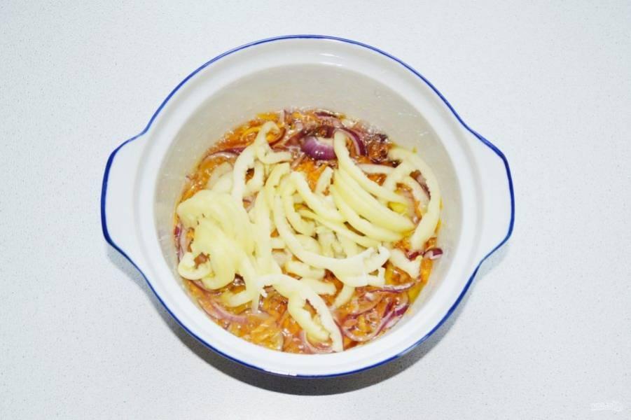 Выложите сладкий перец и жарьте еще пару минут, периодически помешивая.