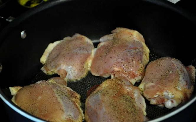 Куриные бедрышки солим и перчим, затем обжариваем на оливковом масле (по 3-4 минуты с каждой стороны).