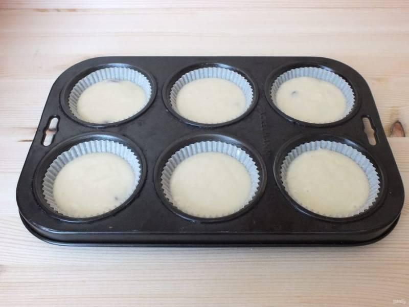 Возьмите подходящие формы для куличей, если необходимо смажьте маслом и разлейте тесто на 2/3 формы. Поставьте выпекаться на 25-30 минут.
