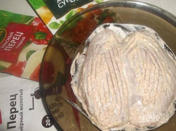 Этим соусом смажьте грудку. Оставьте её мариноваться на 20 минут.