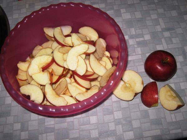 Яблоки моем, сушим и нарезаем дольками, удалив сердцевину.
