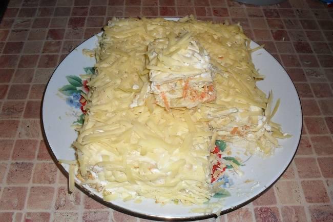 6. Лучше, если пирог пропитается. К столу подаем его в цельном виде. Пирог можно украсить зеленью.