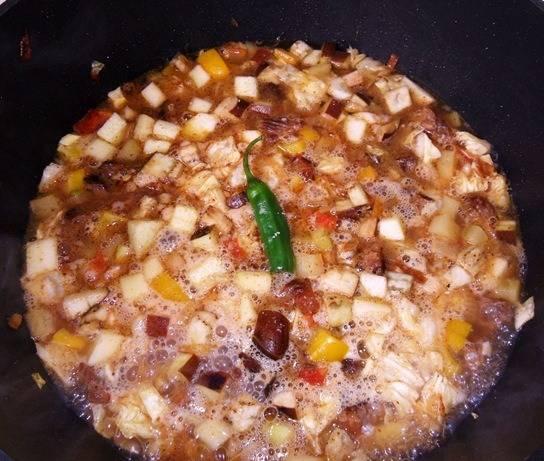 Добавляем воду, чтобы покрывала овощи. Уменьшаем огонь, тушим минут 30-40. В конце добавляем специи. Отдельно отварите макароны или лапшу.  Готовый лагман с кабачками подаем с макаронами. Приятного аппетита!