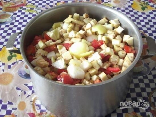 4.Все овощи перекладываю в кастрюлю, добавляю подсолнечное масло, соль, сахар, перец горошком и уксус. Отправляю ее на огонь.