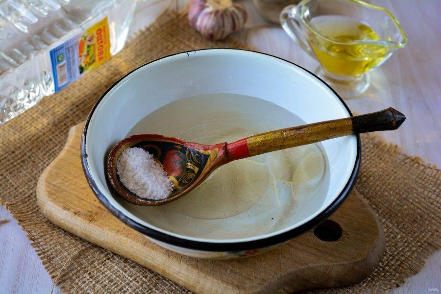 Сварите маринад. Для этого вскипятите воду, добавьте сахар, соль, масло и уксус. Перемешайте, доведите до кипения и снимите с огня.
