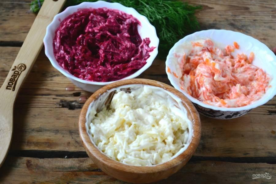 В разных пиалах смешайте с майонезом морковь, картофель и свеклу. Таким образом вы обеспечите равномерную пропитку каждого слоя.