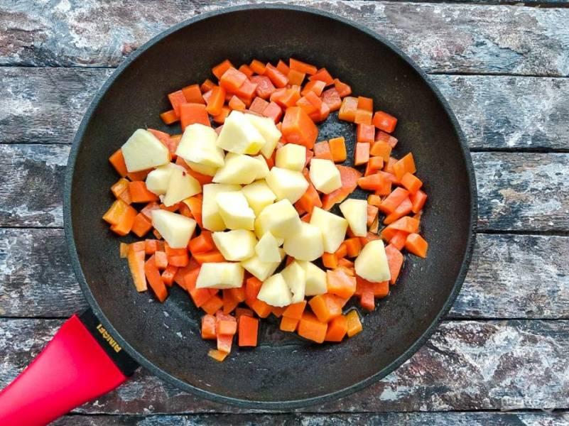 Яблоко помойте, почистите от кожуры, удалите сердцевину, нарежьте на небольшие кусочки, добавьте к тыкве, перемешайте и потушите 2-3 минуты.