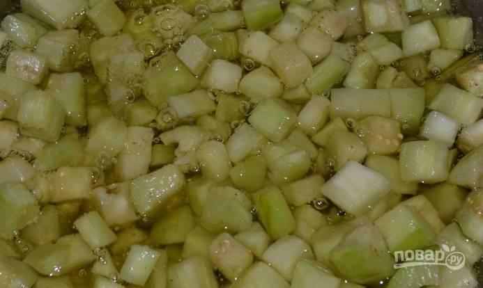 2. Обжарим баклажан до золотистого цвета в большом количестве масла.