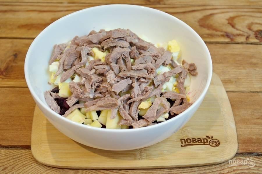 Отварное мясо нарежьте соломкой. Добавьте его в салат.