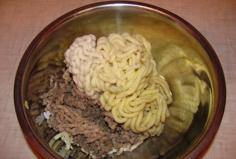 Все остальные ингредиенты пропускаем через мясорубку (можно блендер).