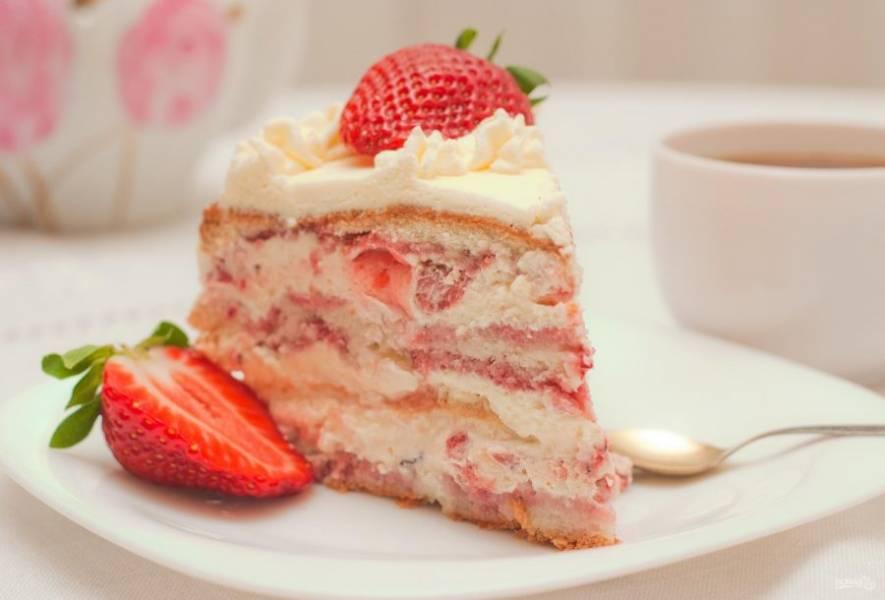 Украсьте торт по вашему желанию, добавив клубнику и сливки. Оставьте лакомство пропитаться в холодильнике на пару часов. Приятного чаепития!
