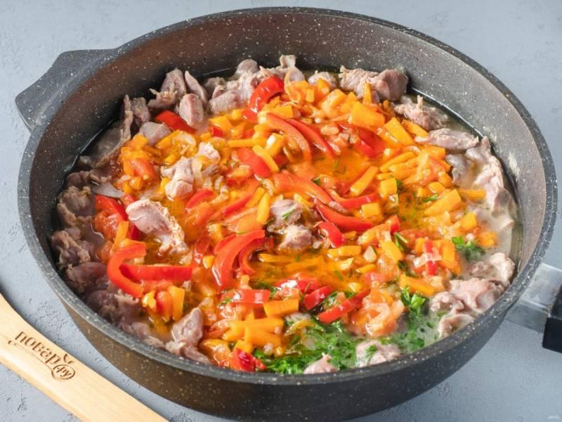 По истечении времени добавьте овощи к желудкам, перемешайте и тушите на медленном огне под крышкой ещё 10-12 минут. При необходимости ещё немного посолите.