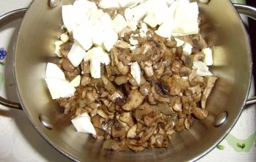 2. Теперь яйца нарезаем кубиками и добавим к грибам в салатницу.