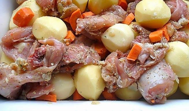Выкладываем в форму для запекания замаринованное мясо, картофель и порезанную морковь. Перемешиваем.
