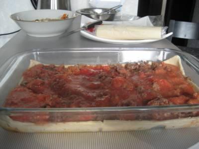В форму выложите слоеное тесто, на него - фарш, затем помидоры и снова тесто.