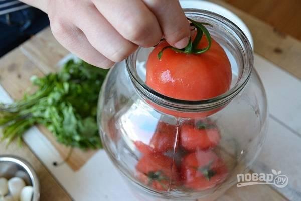4. Выложите на дно банки часть помидоров.