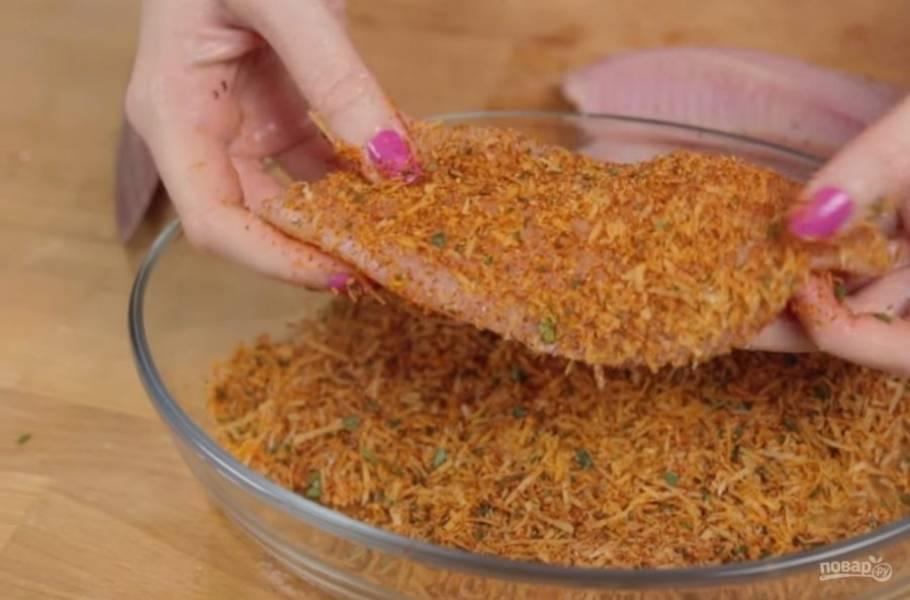 1. Приготовьте панировку: натрите на мелкой терке пармезан, измельчите петрушку, добавьте паприку, соль и перец по вкусу. Филе рыбки промокните бумажным полотенцем от лишней влаги и обмакните в панировку.
