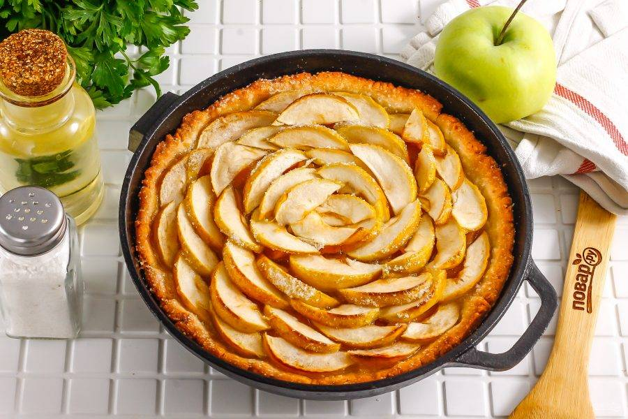Готовность пирога определяйте по румяным бортикам. Главное, чтобы они не подгорели.