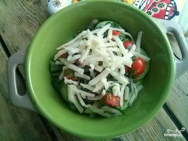 Затем распределите измельченную зелень, сверху натертый сыр. Все вместе запекайте еще 10 минут.