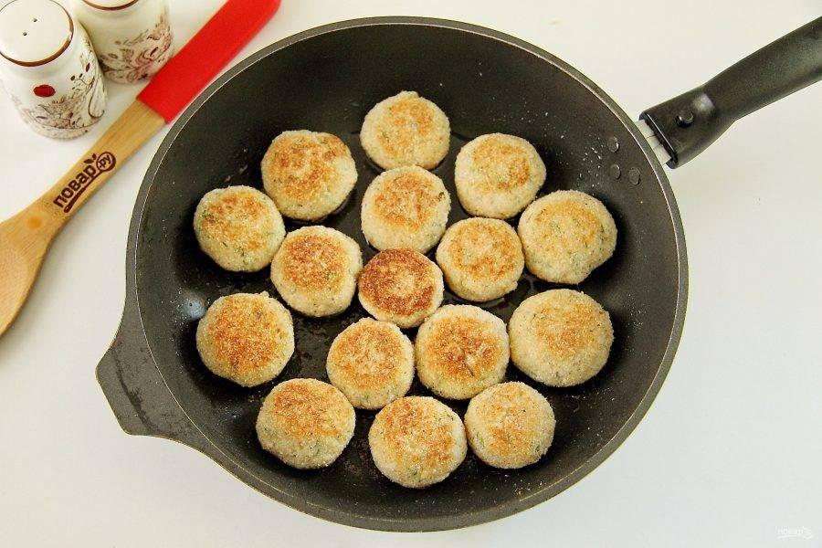 Обжарьте фрикадельки на сковороде с двух сторон до румяности.
